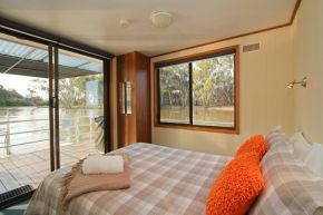 Osprey Houseboat Bedroom
