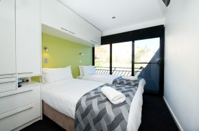 Bedroom on Loud Whisper Houseboat moored at Customs House Houseboat Marina